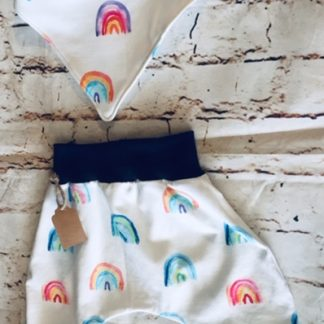 Harems & Bib (0-6 months) in White jersey fabric with rainbow design, with blue ribbing with matching cuffs
